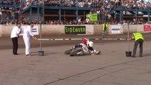 Alan Birtwistle passe en moto couché sous une barre façon limbo