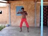 Alain danse à Bobo-Dioulasso au Burkina Faso