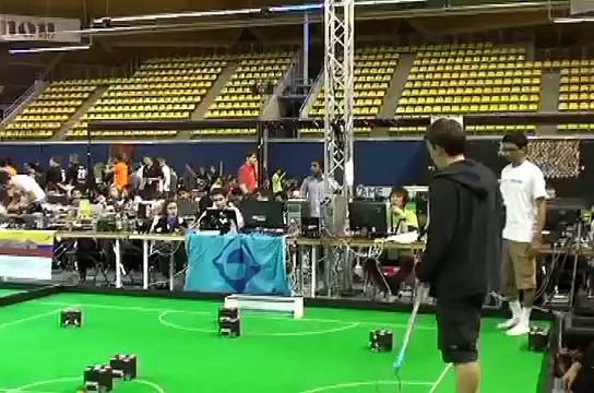 RoboDragons vs. CMDragons at RoboCup 2013 SSL [1/2]