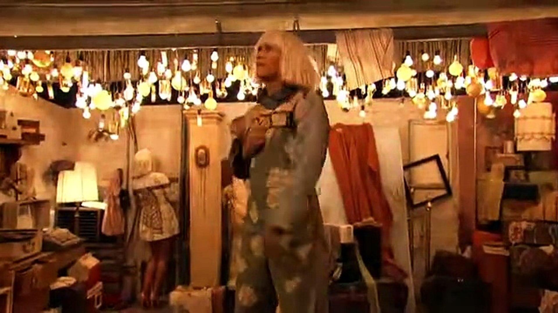 Sia - Chandelier (57th GRAMMYs feat. Kristen Wiig & Maddie Ziegler ...