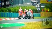En panne, Fernando Alonso pousse sa voiture jusqu'aux stands