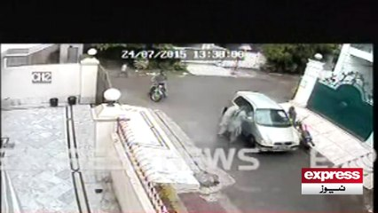 CCTV - Woman looted outside her home by four dacoits in Lahore