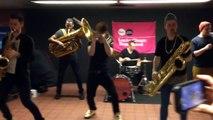 Un groupe de jeunes musiciens mette l'ambiance dans métro !