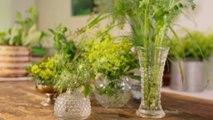 Créer une composition florale avec des vases chinés
