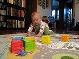 Thomas, 6 mois, qui s'assied tout seul