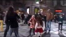 Il est à la gare, on passe une chanson, il se met à danser, puis soudain une invasion