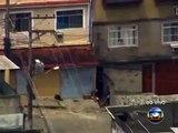 Traficantes armados são flagrados no conjunto de favelas do Alemão