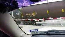 He throws himself under a train ! -  Il se jette sous les wagons d'un train en marche.