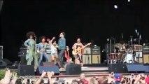 Lenny Kravitz craque son pantalon et montre la totale en plein concert