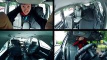 Un enfant de 3 ans joue au taxi dans les rues de Dublin