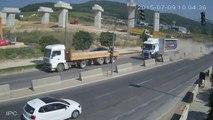 Un camion écrase une voiture sur l'autoroute contre les bordures en béton !
