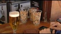 Un chiringuito de Castelldefels ofrece un refresco o una cerveza gratis a quien recoja un vaso de colillas de la playa