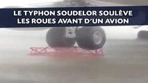 Le typhon Soudelor soulève les roues avant d'un avion