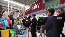 Mira cómo unos agricultores metieron a sus vacas en un supermercado en forma de protesta