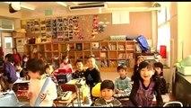 Educação no Japão : crianças no Japão ajudam a entregar o lanche e a manter a limpeza na escola