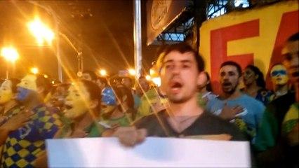 Manifestantes voltam a se reunir e cantam hino nacional em protesto contra Dilma