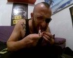 Un français mange une souris morte