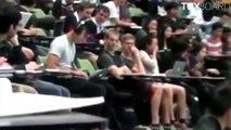 Un étudiant regarde un porno en amphi en pensant que son casque est branché