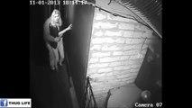 Ce gars terrifié se cache derrière sa copine dans une maison hantée