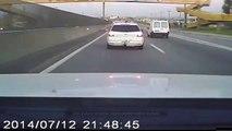 Une voiture renverse intentionnellement un motard