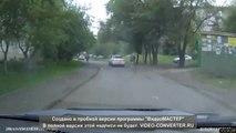 Un automobiliste freine brusquement lorsqu'un enfant traverse la rue