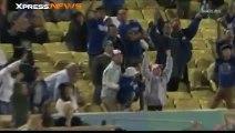 Un fan de baseball lâche sa fille et rate la balle