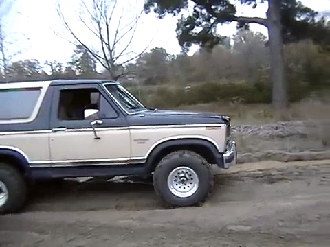 1984 Ford Bronco 4×4 mudding on 33 inch super swamper ltbs