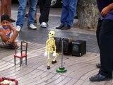 squelette qui danse dans les rues de Barcelone
