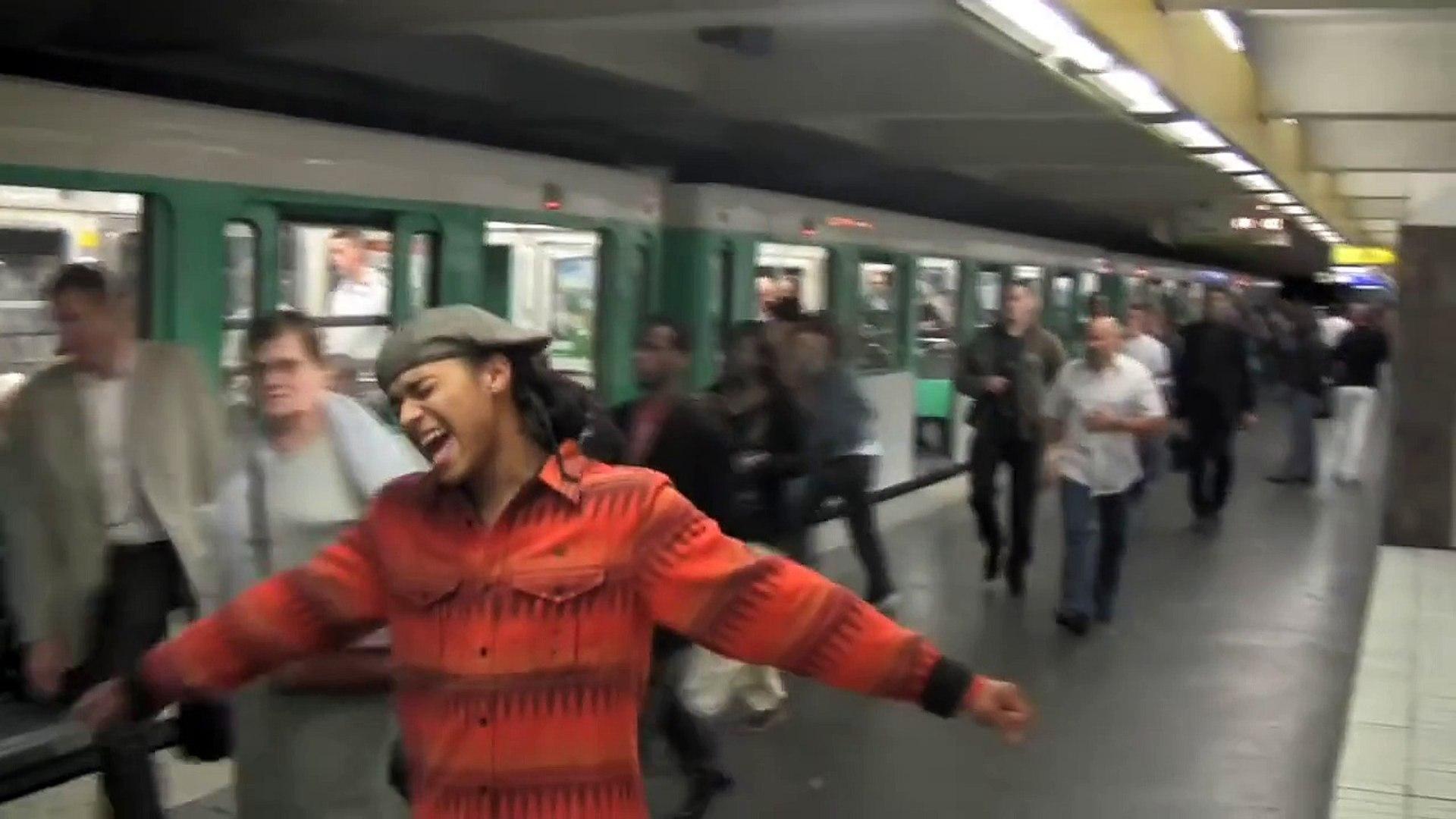 Bluey - Singing on Paris Metro Pt. 1