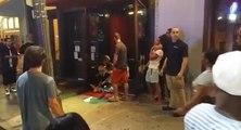 Les clients d'un bar étranglés dans la rue
