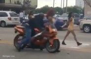 Une danseuse survit à un terrible accident avec une moto pendant une parade