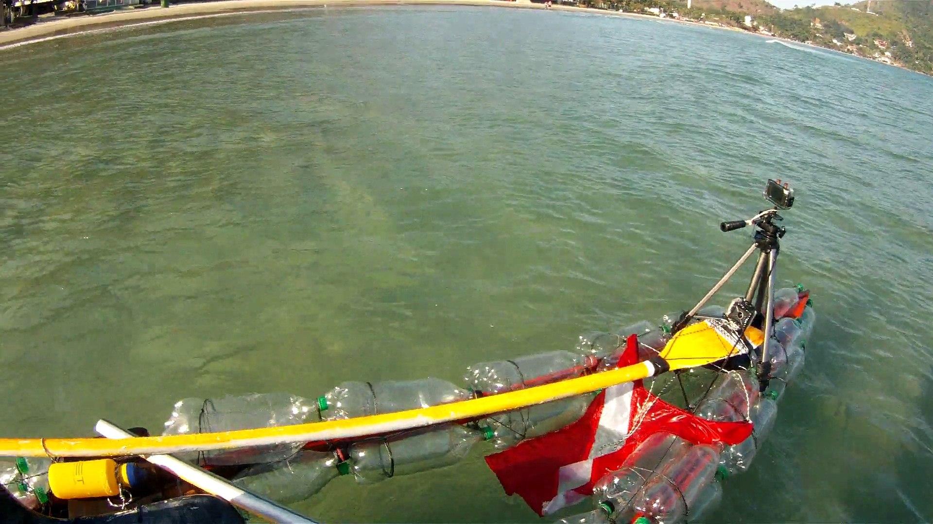 Reciclando garrafas de 2 litros PET em um belo caiaque, navengando na Baia do Flamengo, Ubatuba, Bra