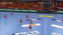 Handball Torwart Golub Doknic schießt Tor - Handball Goalkeeper shoots goal