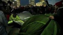 France - Les indignés : La police charge le campement des indignés à la Défense