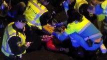 Politie arrestatie op straat Amsterdam gevechten tegen politie