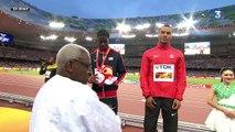 Usain Bolt s'amuse avec sa caméra sur le podium