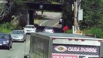 Un camion trop haut tente de passer sous un pont trop bas... Enorme crash