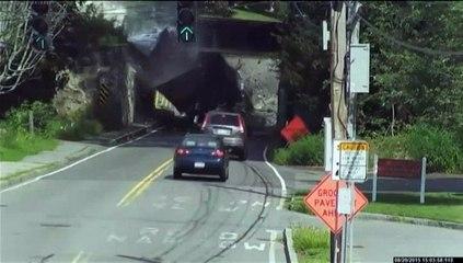 Etats-Unis : les camions s'encastrent sous le passage d'un pont... depuis plus d'un an