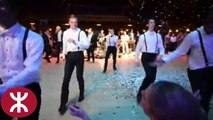 Un marié surprend sa femme avec une belle danse avec ses amis
