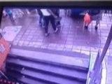 Cinco personas son tragadas por la tierra mientras esperaban bus en China