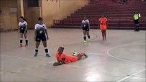 Une joueuse de Football Indoor met un grand coup de pied dans la tête de son adversaire au sol
