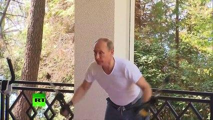 Poutine et Medvedev montrent leurs muscles