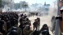 Violents heurts devant le parlement de Kiev: un membre des forces de l'ordre décède