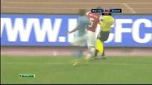 Arsenal - Manchester City maçında futbolcu bayan hakemin üstüne atlıyor