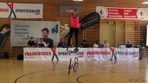 Cette championne nous fait une démo d'acrobaties à vélo : impressionnant!