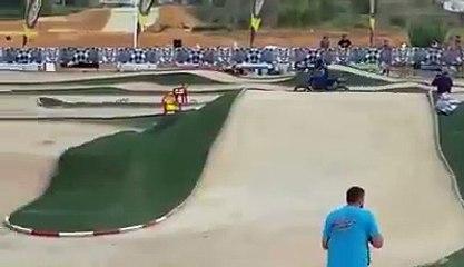 Moto cross contre voiture thermique