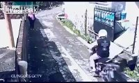 WTF..thief steal girls bag after victim steal thiefs scooter...