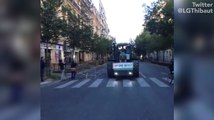 Les Parisiens fascinés par le défilé de tracteurs dans la capitale