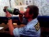 Il boit cul sec une bouteille d'alcool et tombe à la renvers