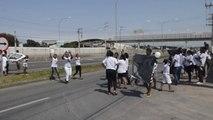 Mãe de filho assassinado e amigos protestam na Rodovia do Sol, em Vila Velha